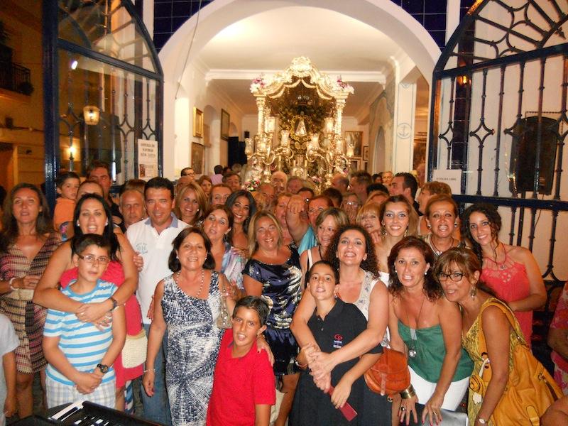 Foto de Familia de todos los miembros de la Coral con el Hermano Mayor, Juan Vázquez Malavé