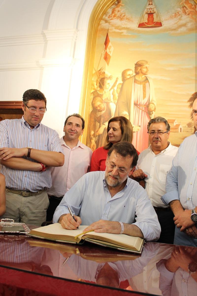 El Sr. Presidente firmando el libro de Honor. De pie, el Presidente de la Matriz, Alcalde de Almonte, la ministra, Fátima Bañez y el Sr. Zoido, Presidente del PP andaluz