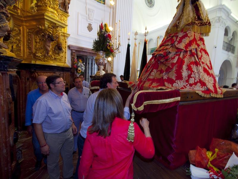 Besando el manto de la Virgen