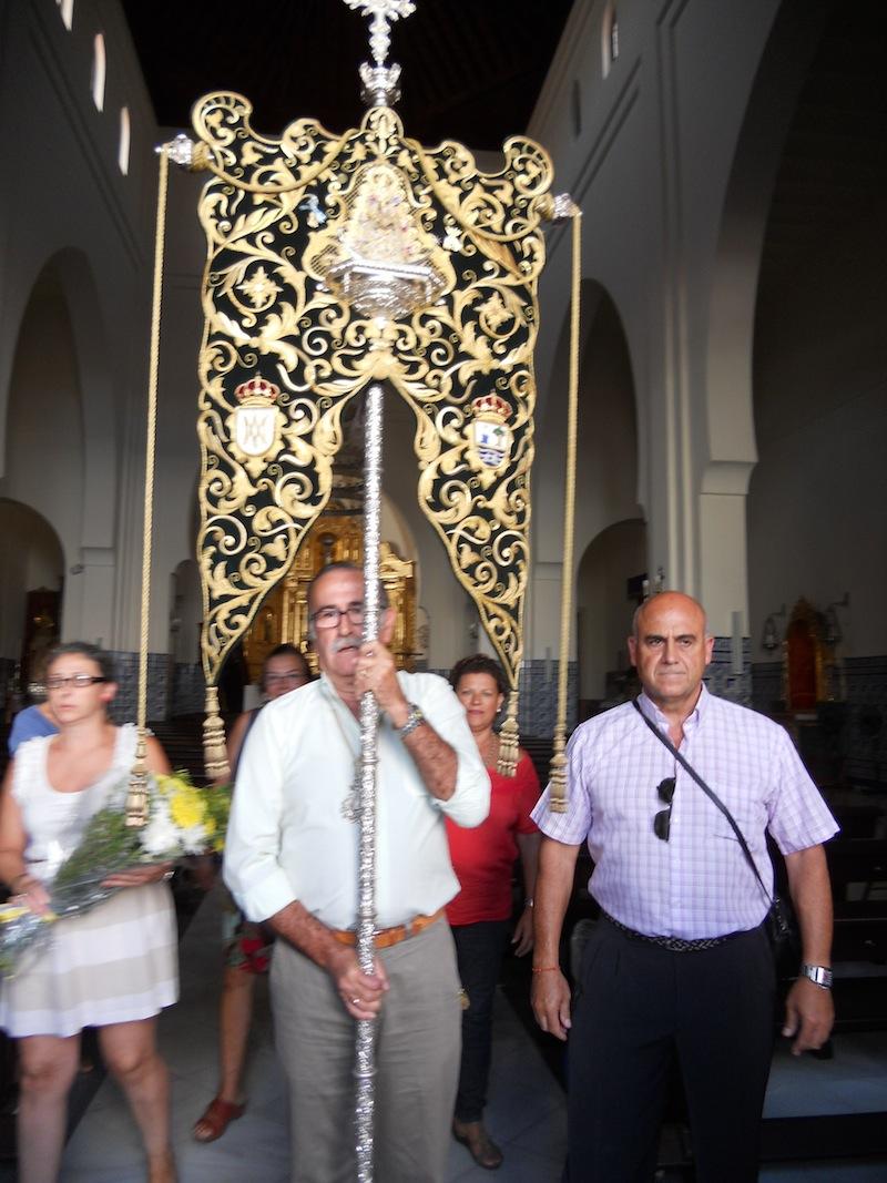 El Presidente, Francisco Amorós, porta el Simpecado para recibir a la Virgen del Mar a las puertas de la Parroquia de Los Dolores y, al mismo tiempor, haciendo el saludo al Sagrario