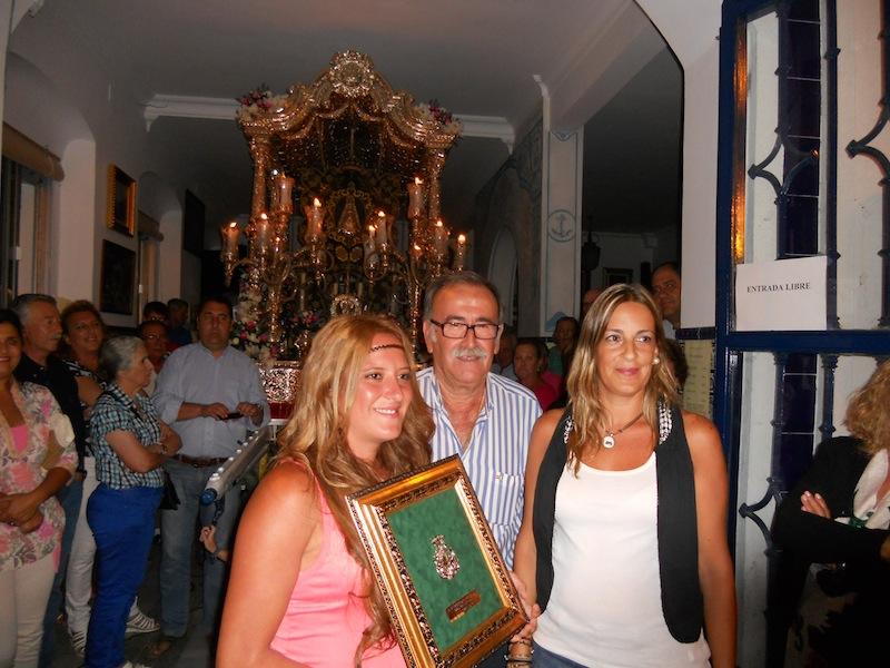 Yolanda y Rocío recogen de manos del Presidente de la Hermandad, Francisco Amorós, un recuerdo