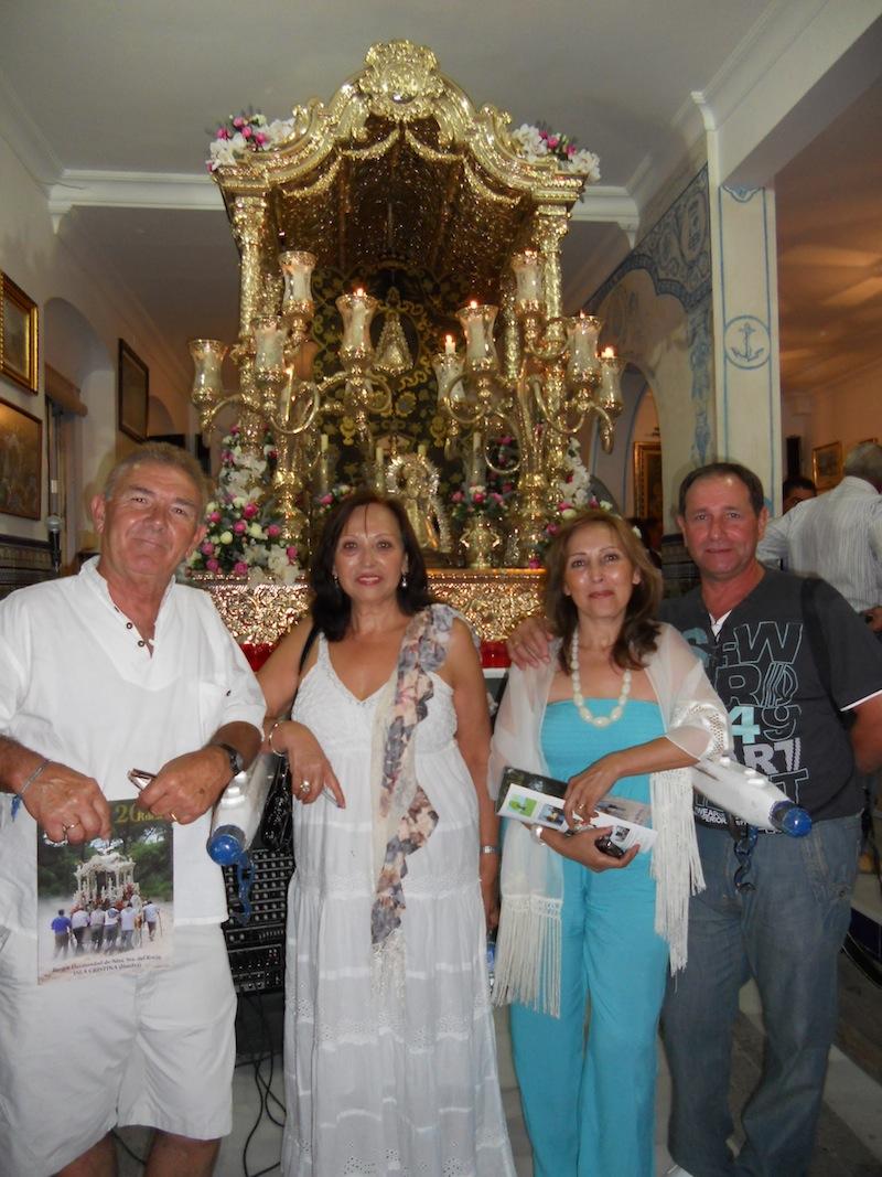 Carmen y Rafael, de la Hermandad de Torrejón de Ardoz, ante el Simpecado y con unos amigos que les acompañaban