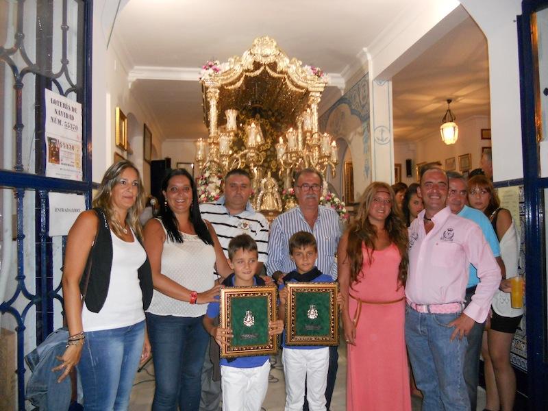 Foto de familia donde están los niños Hugo y Darío de la Fundación Amparo Correa con el Presidente
