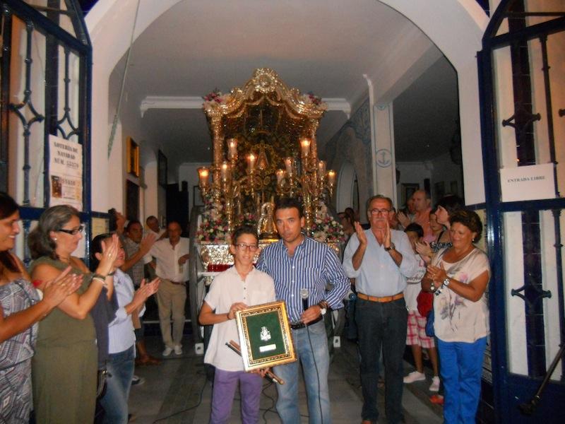 De manos del Hermano Mayor, Juan Vázquez, y en presencia del Presidente Francisco Amorós, Antonio José recibe un regalo de la Hermandad