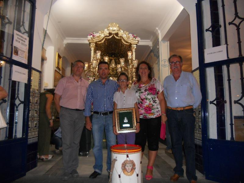 Foto de familia en la que Antonio José  está con el Hermano Mayor, el Presidente y sus padres, Antonio Domínguez y Mari Toni Contreras