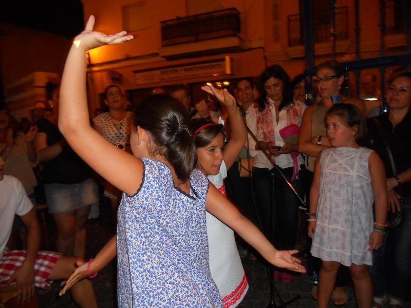 Unas niñas se arrancaron a bailar sevillanas mientras el Coro las cantaba.