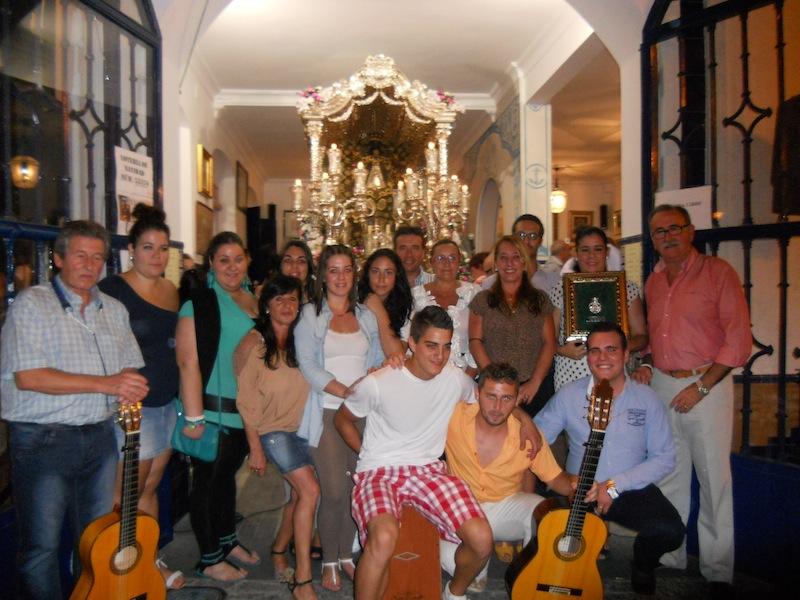 El Coro de la Hermandad de la Virgen del Mar en compañía de la Alcaldesa, el Hermano Mayor, Juan Vázquez, el Presidente del Consejo, Agustín P. Figuereo y el Presidente de la Hermandad, Francisco Amorós.