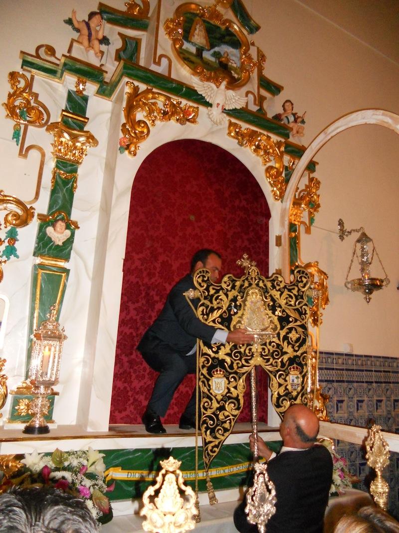 Momento en que los Mayordomos preparan el Simpecado para colocarlo en la urna del retablo.