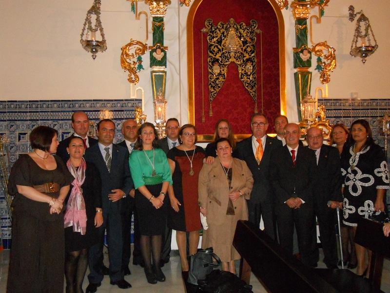 Foto de familia donde la Junta de Gobierno está con el Presidente del Consejo y la Alcaldesa isleña
