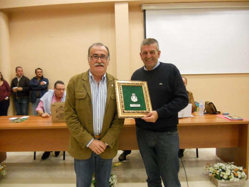 El Presidente Paco Amorós con José Manuel Raya en el momento en que el primero, en nombre de la Hermandad, entrega un recuerdo de ésta a ARATI
