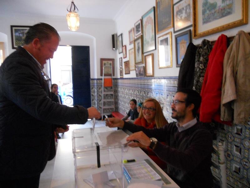 Momento en que el candidato a Presidente Pedro Jesús Álvarez emite su voto