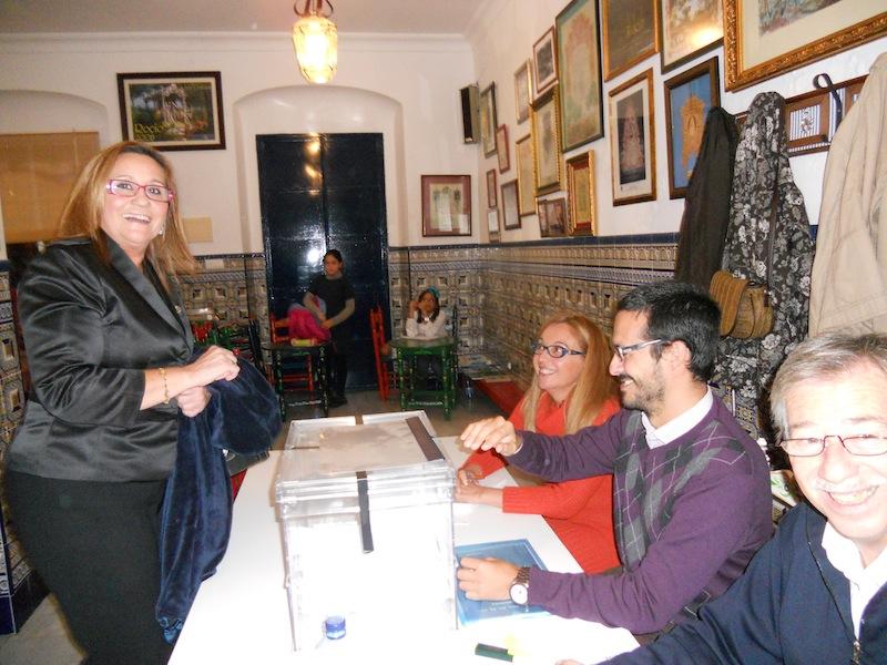 La Alcaldesa de Isla Cristina, Mª Luísa Faneca, como hermana de la Hermandad, también acudió a votar