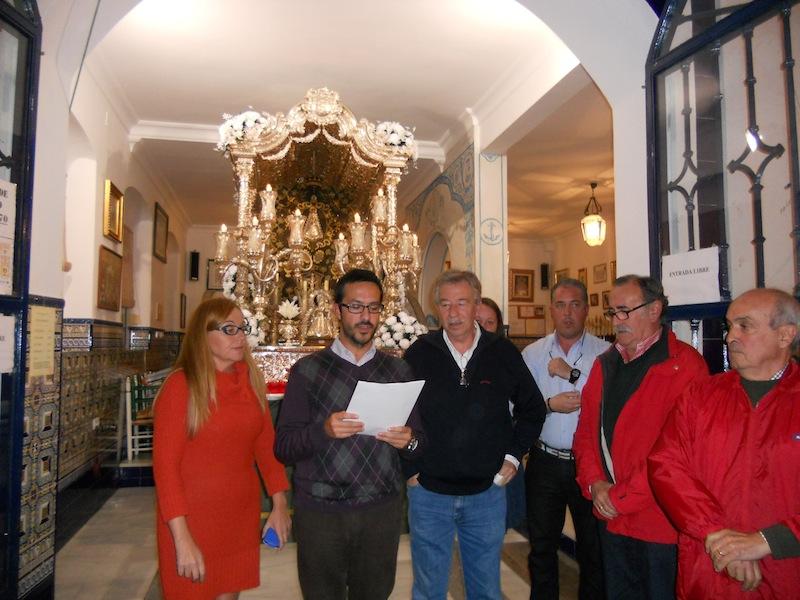 El Presidente de la mesa Agustín P. Figuereo, en presencia de los demás miembros de la misma, Emiliano Cabot y Pepa Mary Serrano, da lectura del Acta del Resultado de las elecciones