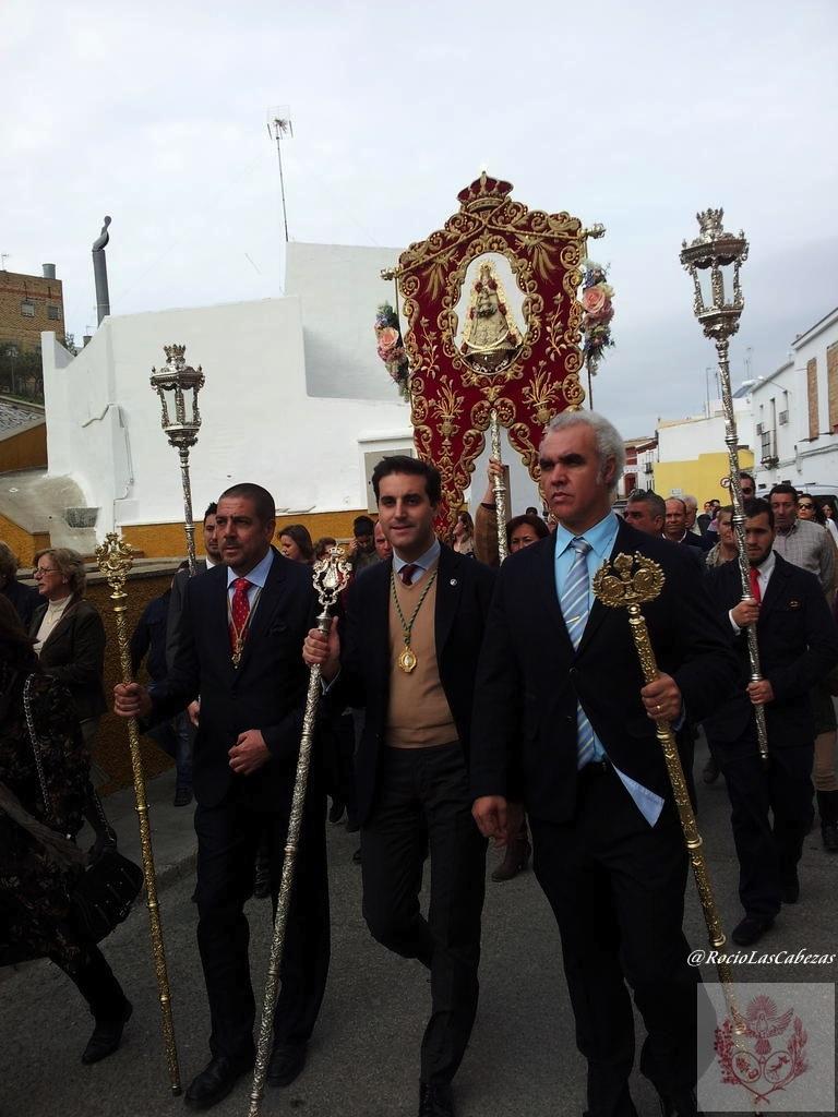 saludo de las Hdades Rocieras participantes al bendito simpecado de la Hdad del Rocio de Las Cabezas de San Juan previo al Santo Rosario por las calles de Las Cabezas.