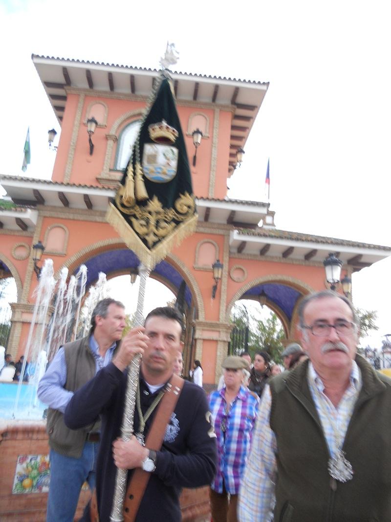 Ya en Almonte, a las puertas del Chaparral, el Hermano Mayor y el Presidente seguidos de todos los hermanos y hermanas que hicieron el Camino.
