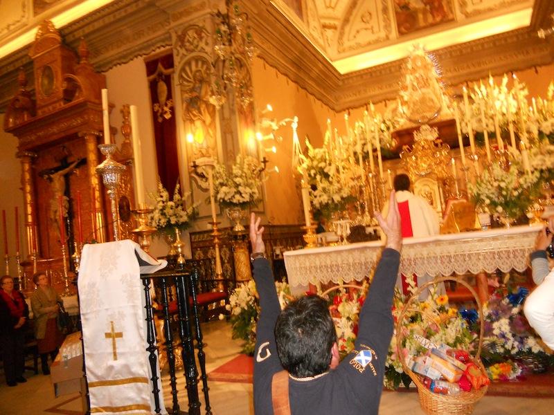 El Hermano Mayor Juan Vázquez dando Vivas a la Virgen
