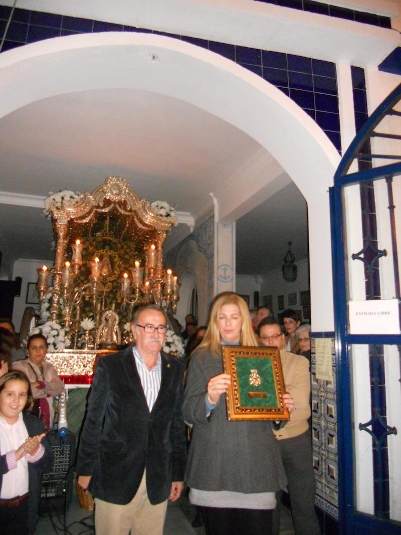 El Presidente de la Hermandad de Isla Cristina, Francisco Amorós, entrega un recuerdo a la Presidenta de la Hermandad de Cartaya, Conso Palacios