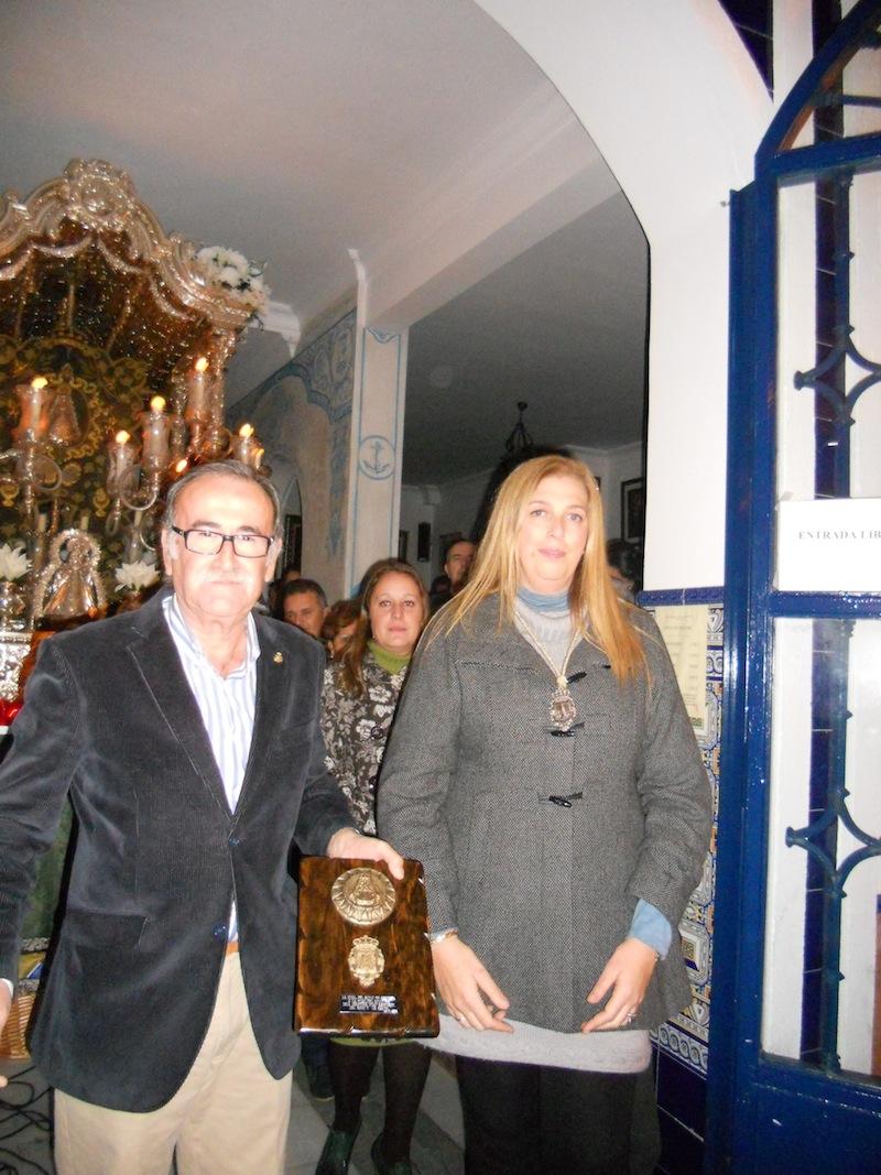 Ahora es la Presidenta de Cartaya la que entrega un recuerdo al Presidente de la Hermandad de Isla Cristina