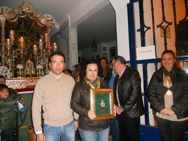 El Hermano Mayor de Isla Cristina, Juan Vázquez Malavé, entrega un recuerdo a la Hermana Mayor de Punta Umbría, María Regla Domínguez