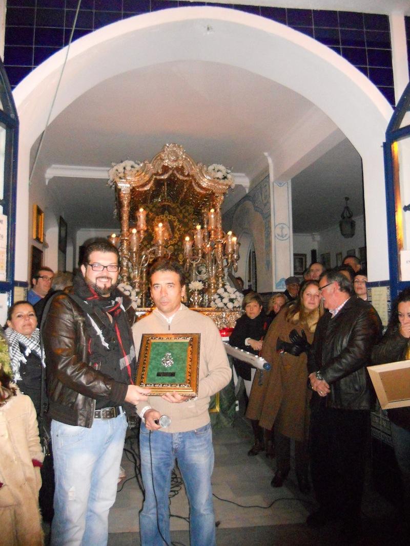 El Hermano Mayor, Juan Vázquez, entrega un recuerdo a Juanlu Palosanto