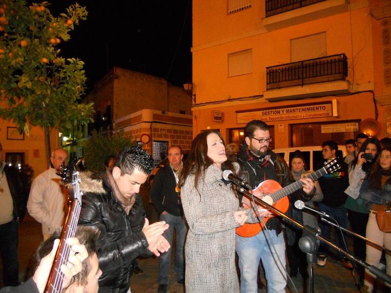 Uno de los momentos en que Mariví Sánchez, del Grupo Palosanto, interpreta unas sevillanas