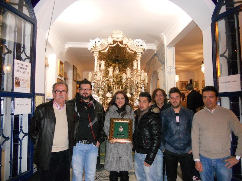 Ante la Carreta, el Presidente de la Hermandad Francisco Amorós y el Hermano Mayor, Juan Vázquez, con el Grupo PALOSANTO