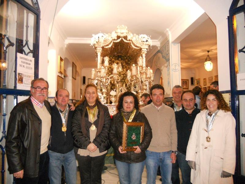 Foto de familia donde está la Junta de Gobierno de Punta Umbría con su Presidenta Charo Beltrán, así como el Presidente de Isla Francisco Amorós y los Hermanos Mayores de ambas Hermandades