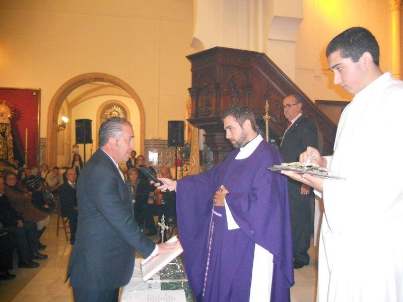 Pedro Jesús Álvarez Rodríguez Jura el cargo de Presidente ante la presencia del Director Espiritual y Francisco Amorós Comas.