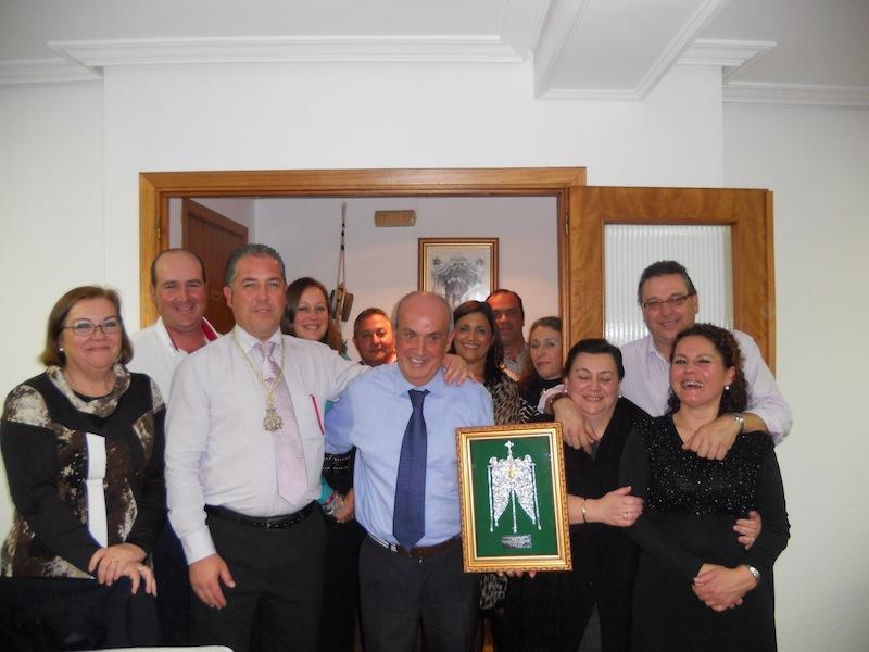 Foto de familia en la que Pepe está con todos los miembros de la Junta de Gobierno y también con su mujer, Manoli