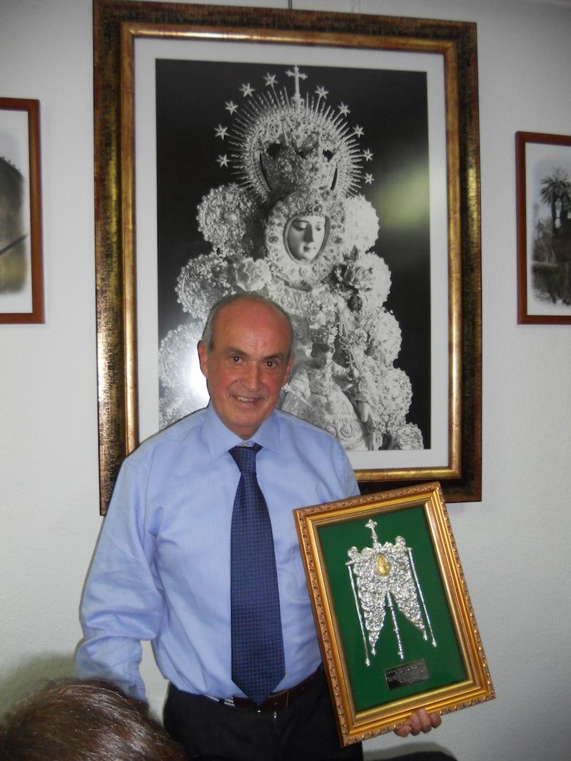 Ante el cuadro de la Virgen del Rocío, Pepe posa con el Simpecado de plata de nuestra Hermandad.