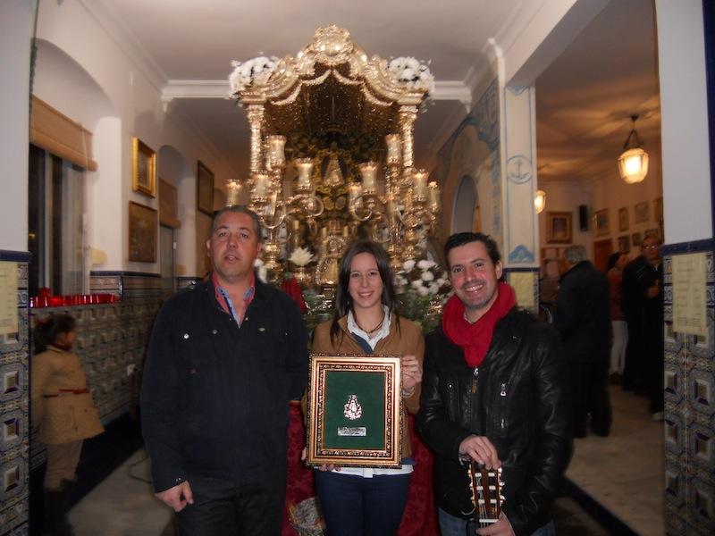 Jose Monclova y Laura Reina con el Presidente de la Hermandad ante la Carreta que porta el Simpecado.