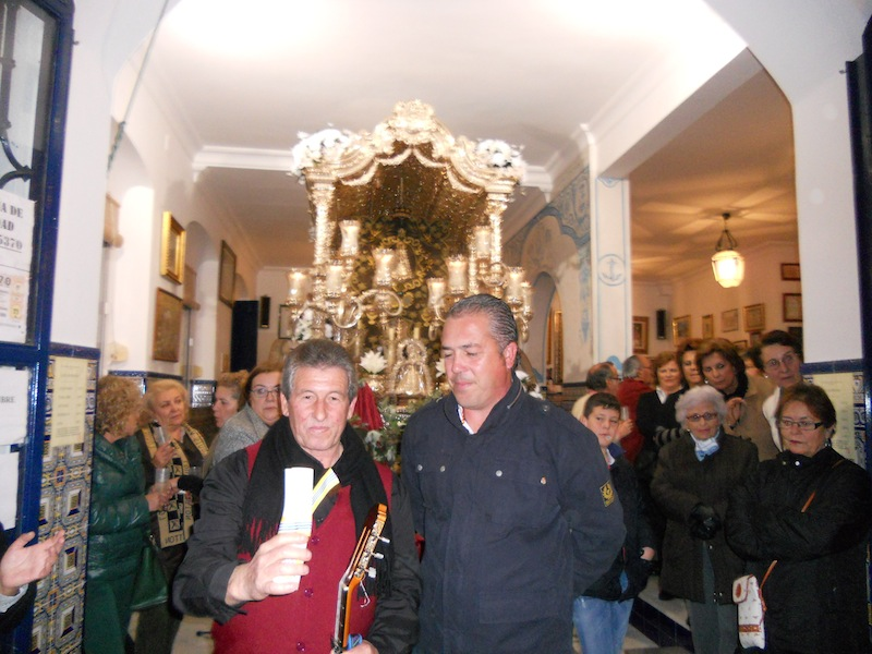 El Cano de la Punta junto con el Presidente, Pedro Jesús Álvarez, que le hace entrega de un recuerdo por su participación en la 1ª Navidad Rociera