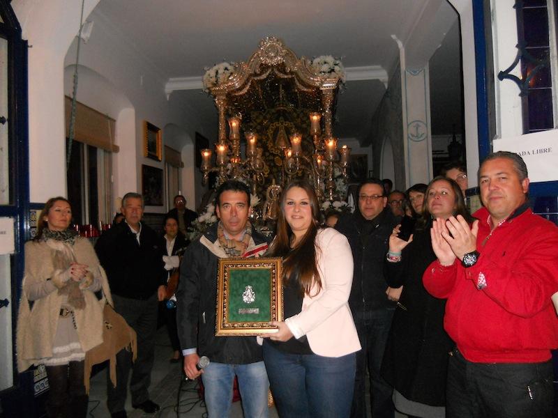 Beatríz Morón fue la encargada, en nombre del grupo, de recoger un recuerdo de la Hermandad de manos de nuestro Hermano Mayor Juan Vázquez