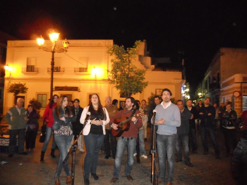 Como decíamos, a pesar del frío, al escuchar esas voces angelicales, se congregaron en la plaza muchos hermanos para escuchar al grupo