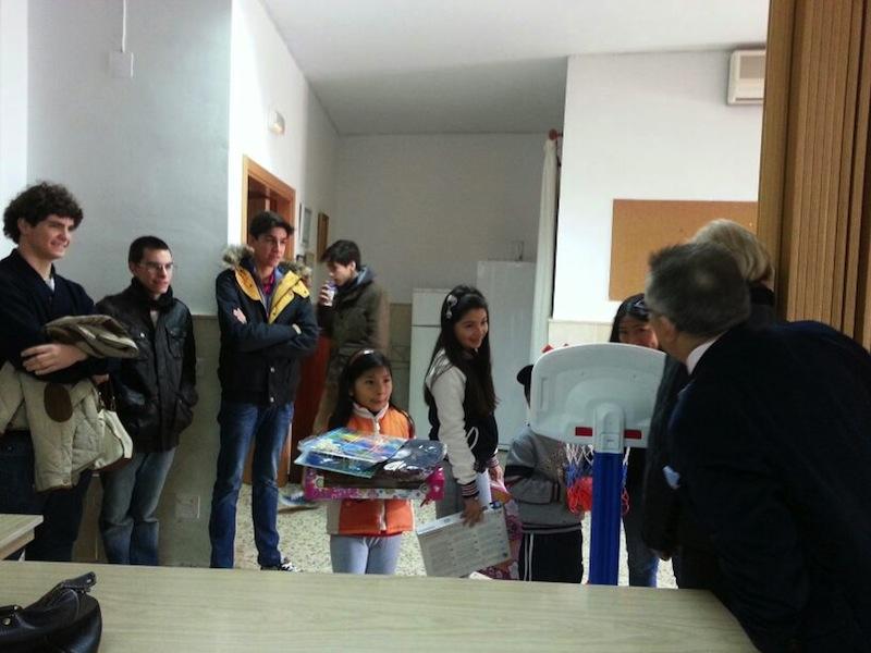 Niños que se dirigieron a Cáritas de la parroquia de la Encarnación para recibir un juguete