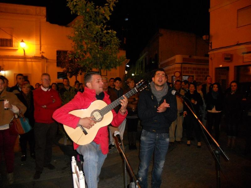 Elías Casanova recibe de manos del Presidente Pedro Jesús Álvarez un recuerdo de la Hermandad