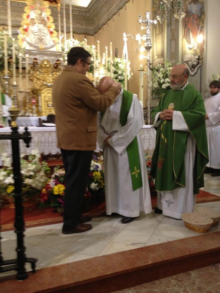 El Presidente de la Hdad. Matriz imponiendo la medalla de Hno. Honorario al Padre Quevedo (Foto facebbok Hdad. Matriz)