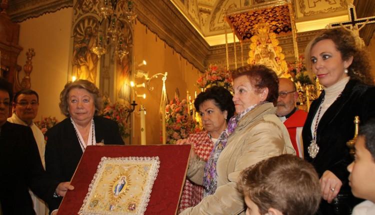 Entrega del Pañito del Traslado de la Virgen del Rocío a la Hermandad Matriz de Almonte.