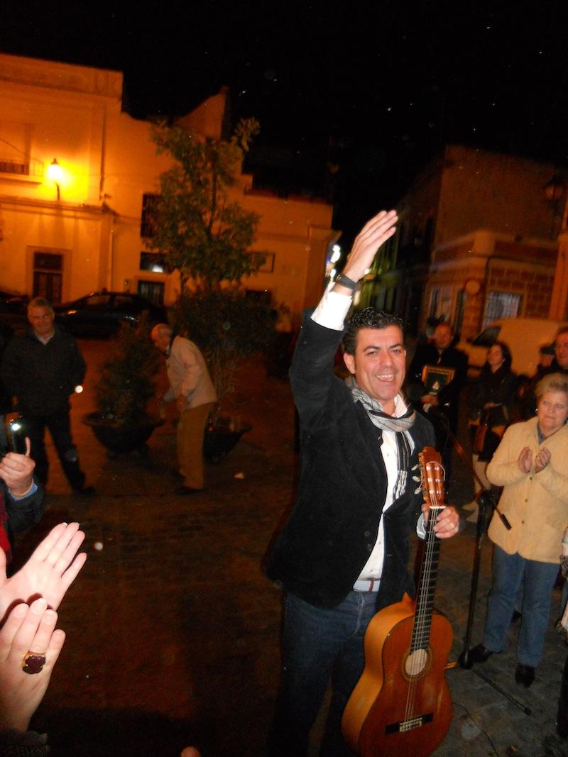 Fernando Romero, tras interpretar la sevillana a su abuelo, lanzando vivas a la Virgen, a la Hermandad de Ayamonte y a la de Isla Cristina