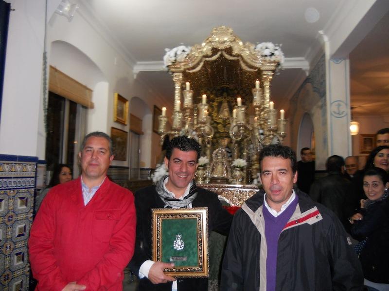 Foto de familia en la que Fernando está acompañado por el Presidente y el Hermano Mayor de la Hermandad