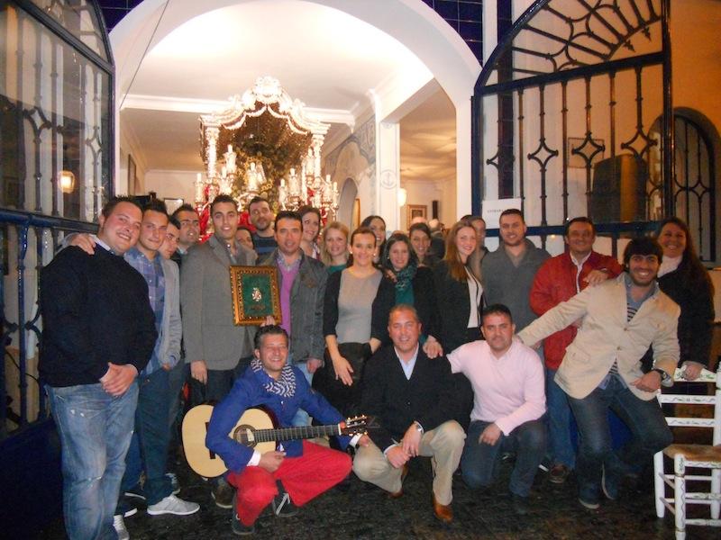 Foto de Familia de la Peña con el Hermano Mayor, Juan Vázquez Malavé y el Presidente de la Hermandad Pedro Jesús Álvarez