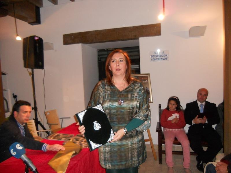 La Pregonera, Mari Tonio Contreras con las pastas que le ha regalado la Hermandad