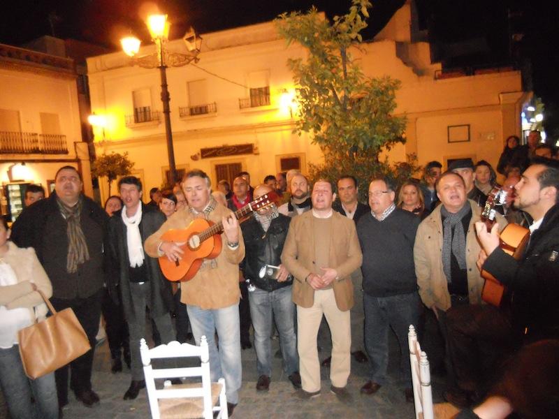 Paco Millán y un grupo de Hermanos de la Hermandad de Huelva interpretando la Salve