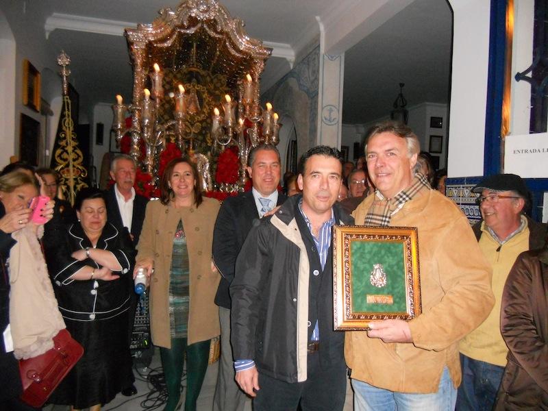 El Hermano Mayor Juan Vázquez le entrega un recuerdo a Paco Millán