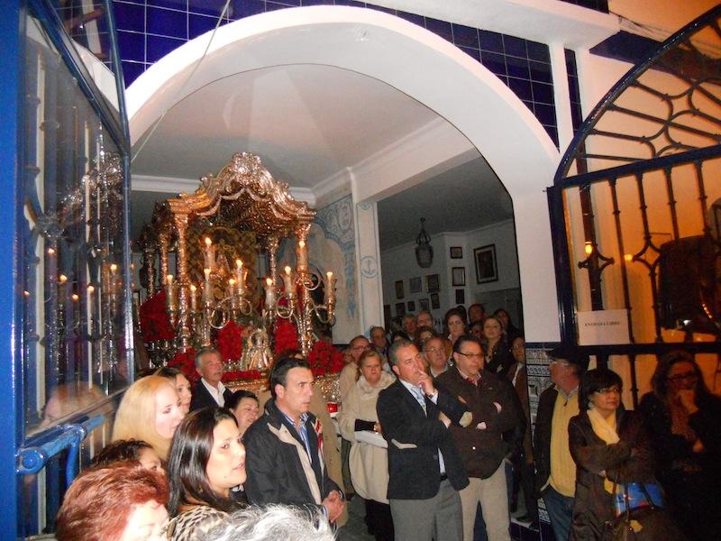 Ambiente en la plaza y en la Casa Hermandad mientras Paco Millán cantaba