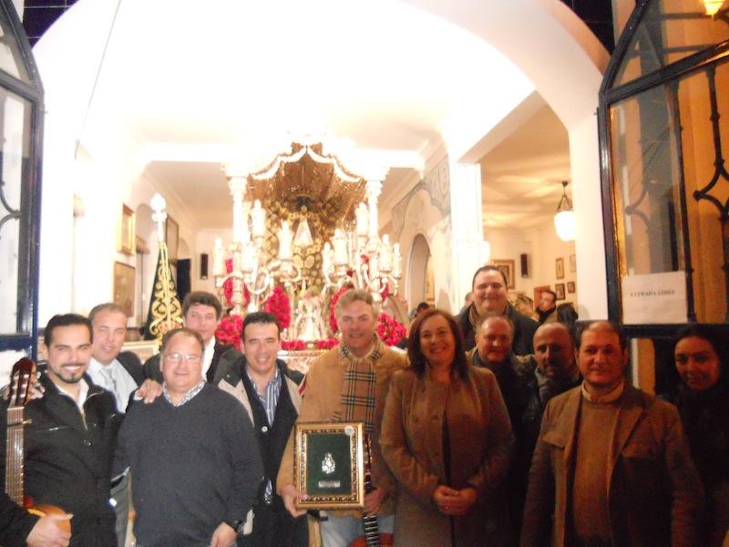 Foto de familia en la que Paco Millán está con el Presidente de la Hermandad, Pedro Álvarez, el Hermano Mayor, Juan Vázquez y la Pregonera de la Romería 2013, Mari Toni Contreras