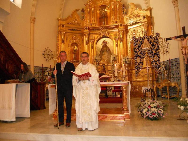 Mientras la Secretaria lee el Acta del Obispado, el sacerdote D. Juan Manuel Lagares sostiene en sus manos los Evangelios en presencia del Presidente de la Hermandad, Pedro Jesús Álvarez como testigo del acto