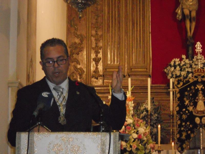Pedro Jesús Álvarez en el momento de su Pregón con el Simpecado de Villarrasa al fondo