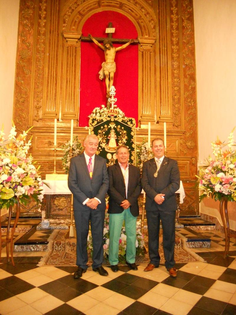 El Presidente y Hermano Mayor de la Hermandad de Villarrasa con el Pregonero