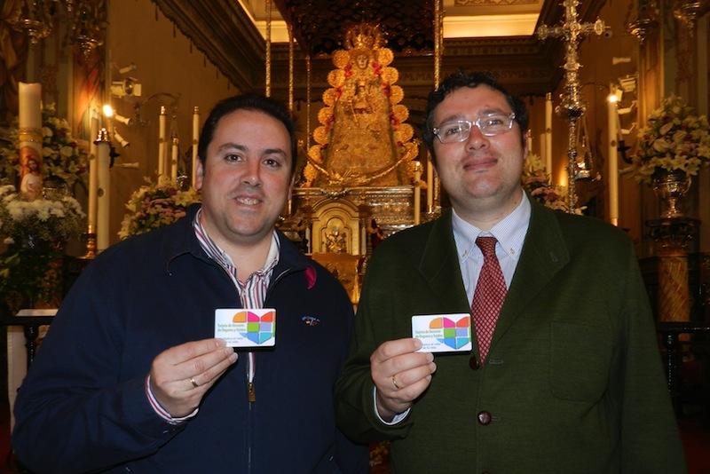 Presidente y Vicepresidente de la Hermandad Matriz de Nª Sª del Rocío mostrando sus Tarjetas de Donantes de Órganos